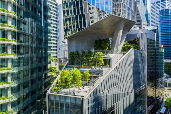 Gedung pencakar langit lainnya adalah 18 Robinson yang terletak di Singapura. Gedung setinggi 180 meter itu disebut memiliki tampilan yang berbeda-beda tergantung pada sudut pandang tertentu. Fasilitas unik di gedung ini sistem parkir mobil otomatis yang disebut pertama kali ada di Singapura. Melalui sistem ini mobil dapat diangkut dan diparkir lebih dari 6 tingkat. (Foto:Tim Griffith)