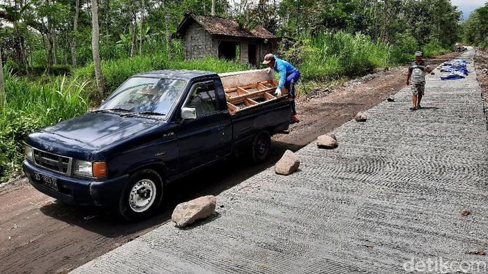 Ruas jalan Suruh-Singlar yang dimanfaatkan sebagai jalur evakuasi oleh warga lereng Merapi mulai diperbaiki. berikut foto-foto terkininya.