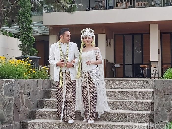 Jenita Janet dan Danu Sofwan usai menikah di Green Forest Resort, Bandung.