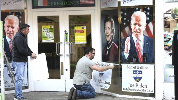 Nenek Moyang Joe Biden ternyata berasal dari Ballina. Warga Ballina pun menyambut kemenangan Biden dengan memasang bendera Amerika dan juga poster-poster Joe Biden. (AP Photo/Peter Morrison)