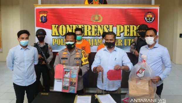 Kapolres PPU AKBP Hendrik Hermawan (dua dari kiri) saat gelar perkara di Penajam, Selasa (10/11) kemarin (ANTARA/HO)