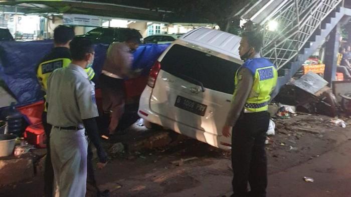 Kecelakaan Mobil Tabrak Pejalan Kaki Hingga Gerobak Nasi Goreng di Serpong