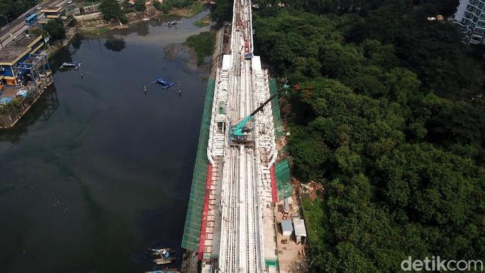 Lintasan LRT Jabodebek Cawang-Dukuh Atas hari ini telah tersambung semua. Hal itu ditandai dengan pengecoran jembatan bentang panjang alias long span di Dukuh Atas.