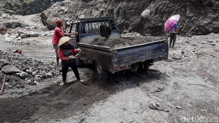 Meski status Gunung Merapi masih siaga, namun aktivitas penambangan pasir di aliran Sungai Gendol masih berlangsung.