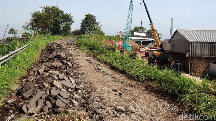 Overpass Mengger atau jembatan yang menghubungkan Jalan Mengger Batununggal, Kota Bandung menuju Dayeuhkolot, Kabupaten Bandung dibongkar karena ada pembanguan Kereta Cepat Jakarta Bandung (KCJB).