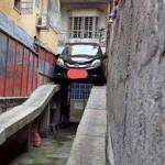 Parkir Mobil Ini Bikin Netizen Bingung, Gimana Cara Keluarnya?
