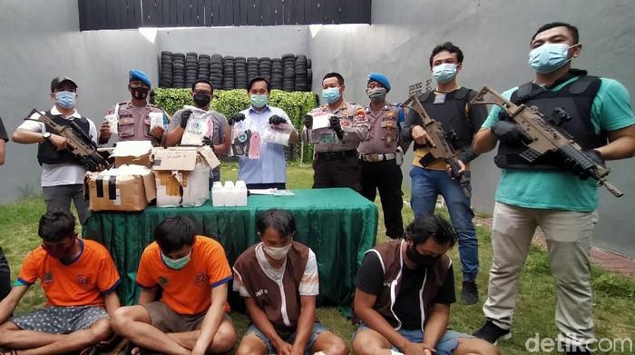 Polisi menggagalkan pengedaran sabu dan pil koplo di Surabaya. Empat pelaku diamankan, serta 1,5 kg sabu dan 234 ribu butir pil dobel l.