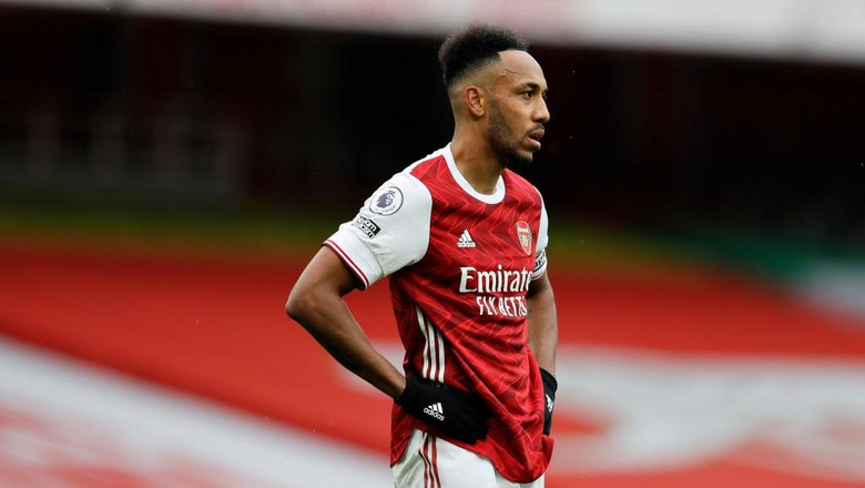 LONDON, ENGLAND - OCTOBER 04: Pierre-Emerick Aubameyang of Arsenal looks on during the Premier League match between Arsenal and Sheffield United at Emirates Stadium on October 04, 2020 in London, England. Sporting stadiums around the UK remain under strict restrictions due to the Coronavirus Pandemic as Government social distancing laws prohibit fans inside venues resulting in games being played behind closed doors. (Photo by Kirsty Wigglesworth - Pool/Getty Images)