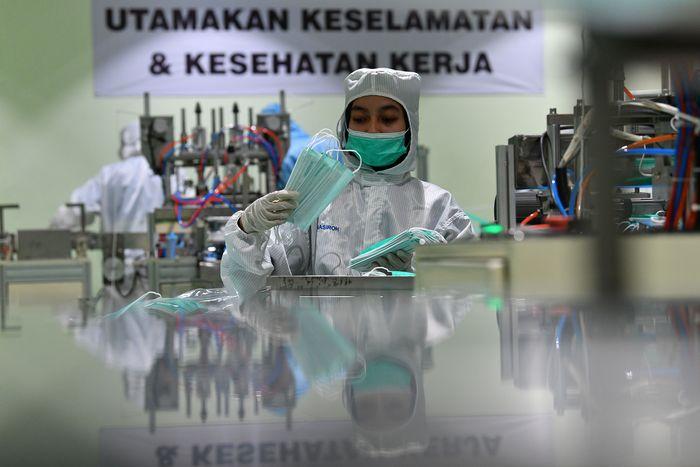 Pekerja mengecek masker bedah yang diproduksi di PT The Univenus Cikupa, Cikupa, Tangerang, Banten, Rabu (11/11/2020). PT The Univenus Cikupa yang merupakan unit usaha Asia Pulp & Paper (APP) Sinar Mas memproduksi masker Medishield guna memenuhi kebutuhan masyarakat selama pandemi COVID-19, pabrik itu mampu memproduksi 7,5 juta masker per bulan yang didistribusikan ke seluruh Indonesia. ANTARA FOTO/Sigid Kurniawan/aww.