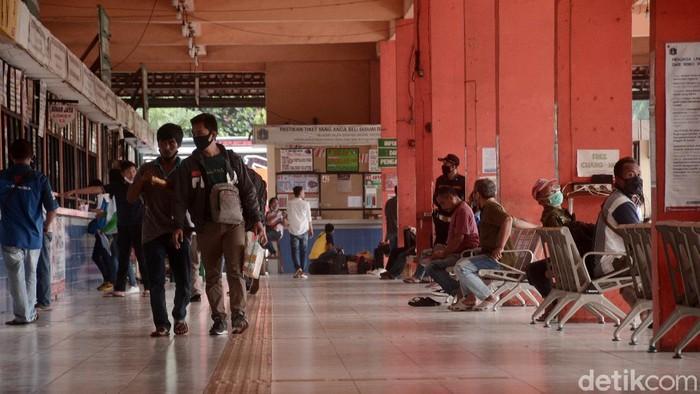 Terminal bus Kampung Rambutan merupakan salah satu terminal bus yang menjadi tujuan warga untuk pulang kampung atau mudik pada saat hari libur panjang