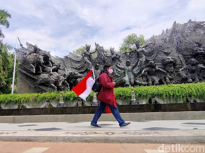 Seorang seniman asal Ngawi mulai jalan kaki dari Surabaya ke Jakarta untuk memperingati Hari Pahlawan. Ia juga akan kampanye soal protokol kesehatan.