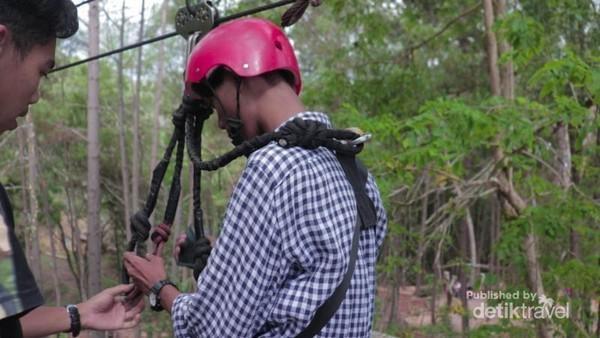 Traveler yang ingin memacu adrenalin bisa mencoba naik flying fox. Fasilitas keamanan yang diberikan pun lengkap untuk wisatawan. (Nur Setyaningsih/dtravelers)