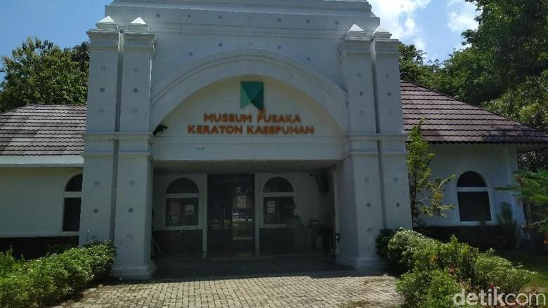 Museum Pusaka Keraton Kasepuhan Cirebon menyimpan ribuan koleksi benda-benda pusaka hingga peristiwa penaklukan pasukan Portugis pada 1527 di Sunda Kelapa.