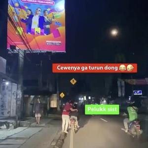 Viral Bikin Jomblo Iri, Aksi Pria Dorong Motor Mogok Ditemani Pasangannya