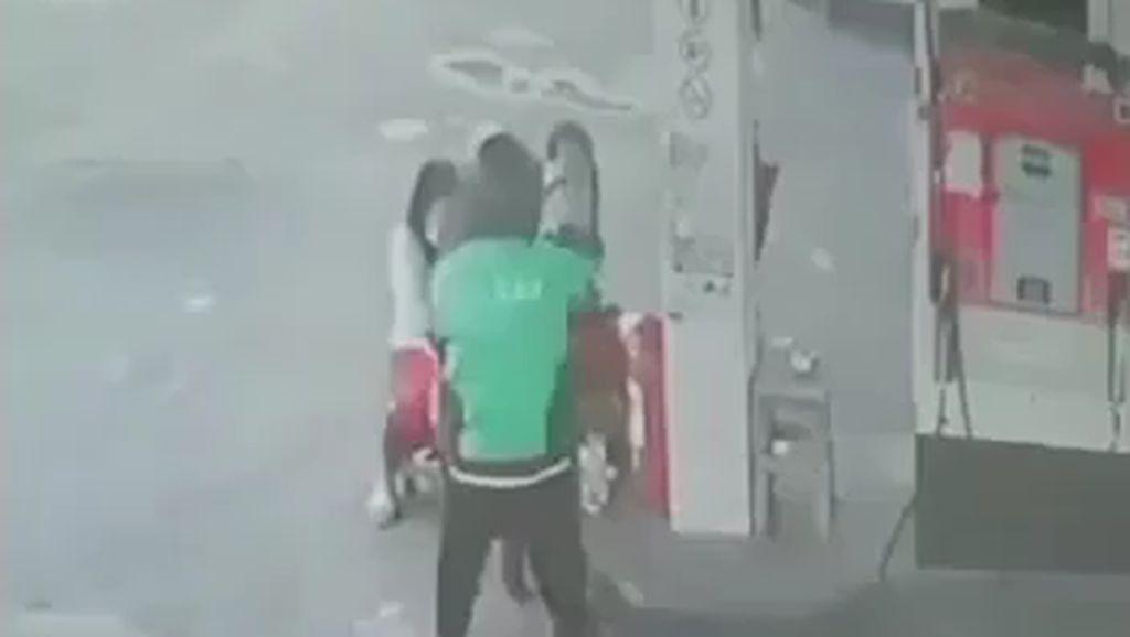 Todong Petugas SPBU Denpasar, Pria Berjaket Ojol Pakai Pistol Mainan