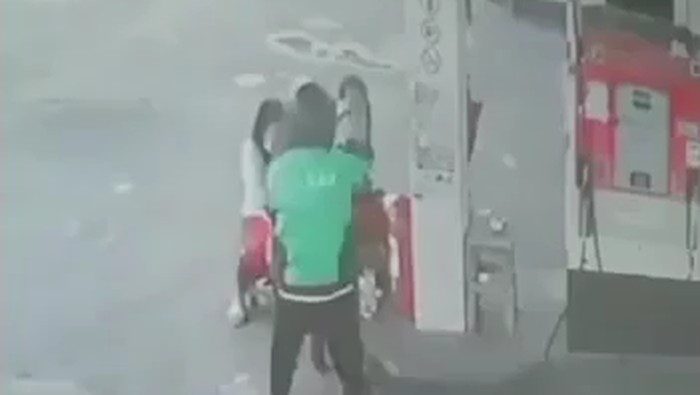 Viral pria berjaket ojol todongkan senpi ke petugas SPBU di Denpasar (Screenshot video viral)