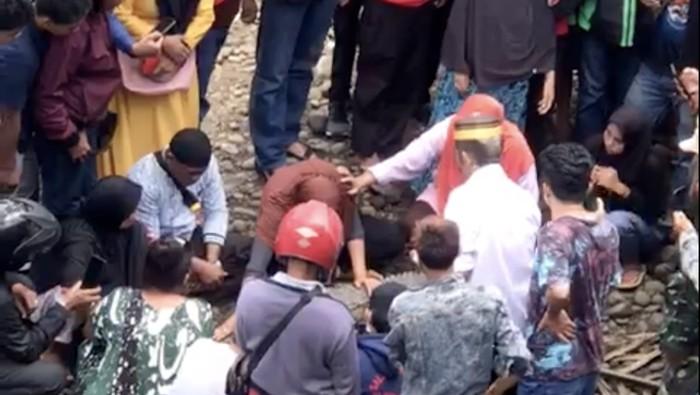 Warga mengerumuni buaya diduga jadi-jadian di Sungai Tallo, Makassar (dok. Istimewa).