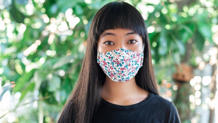 teenage girl wearing fabric mask for protect pm2.5 and Covid-19
