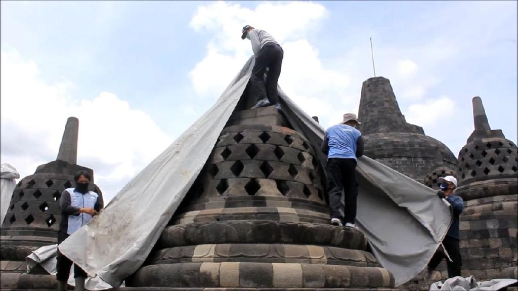 Antisipasi Hujan Abu Merapi, Candi Borobudur Diselimuti