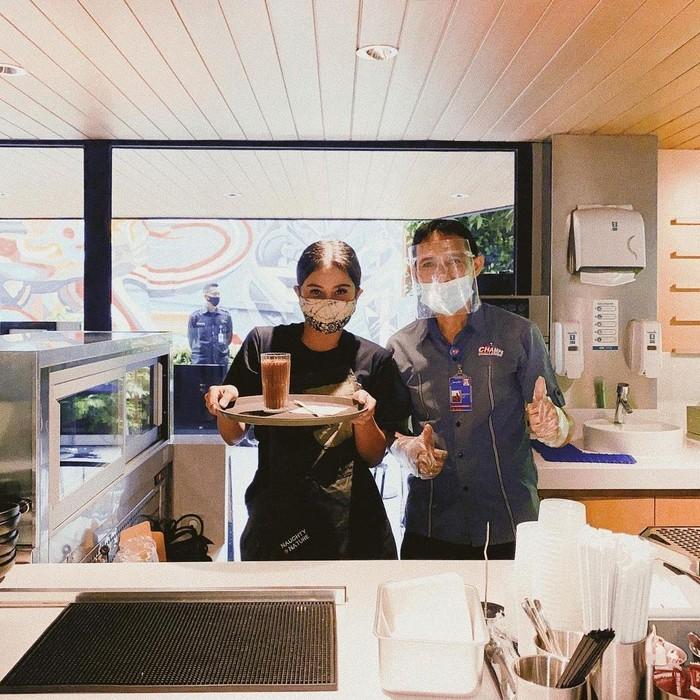 Heboh! Awkarin Kerja Jadi Barista dan Pelayan di Gerai KFC