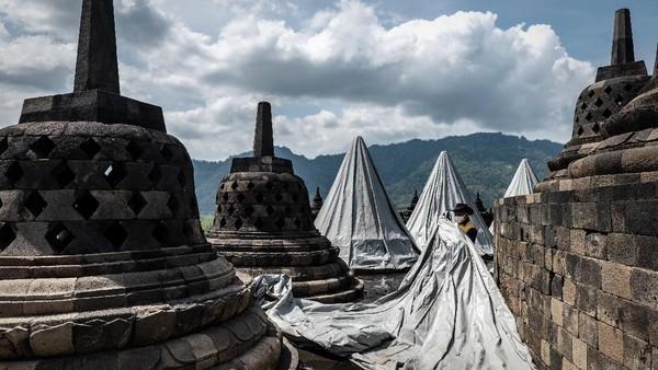 Terpaulin khusus ini yang jika ditutupkan di stupa tidak ada kelembaban. Adapun di lantai 8 ini ada 32 stupa, tapi belum semuanya ditutupi.