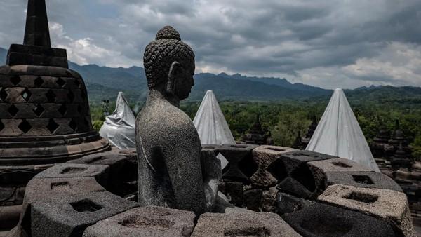 Pengalaman kemarin kan bagaimana kita cukup susah melakukan pembersihan. Makanya saat ini kita tetap memantau perkembangan Merapi itu bisa macem-macem. Itu kan bisa kita monitoring makanya kita nyicil melakukan tanggap bencana ini dengan melakukan pemasangan cover untuk melindungi batu Candi Borobudur dari abu Merapi, terangnya.
