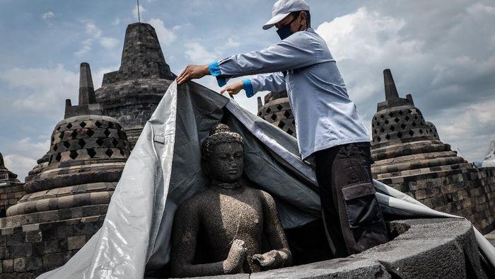 Area stupa Candi Borobudur diselimuti terpaulin. Hal itu dilakukan sebagai antisipasi terjadinya erupsi Gunung Merapi yang kini statusnya siaga.