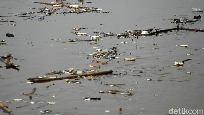 Tumpukan sampah tampak memenuhi Sungai Ciliwung yang ada di kawasan Bukit Duri, Jakarta, Kamis (12/11/2020). Begini penampakannya.
