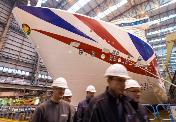 Butuh waktu dua tahun untuk membangun kapal pesiar Iona.Bagian-bagiannya disatukan di galangan kapal Meyer Werft, Papenburg, Jerman.
