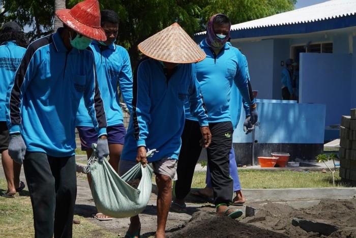 Kementerian Perhubungan menyelenggarakan program Padat Karya dengan mengajak masyarakat di sekitar Menara Suar Tanjung Pacinan, Situbondo, Jawa Timur.