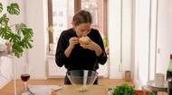 Masak Pakai Mulut dan Kaki, 5 Aksi Masak Ini Bikin Nafsu Makan Hilang