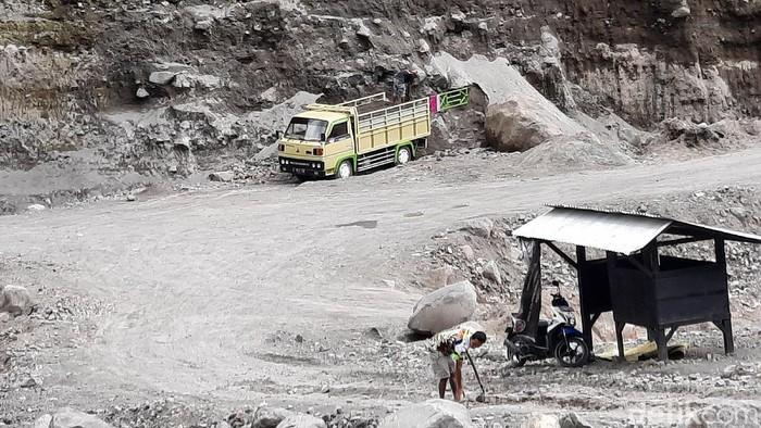 BPPTKG merekomendasikan penambangan pasir di area Gunung Merapi dihentikan usai status Merapi naik jadi siaga. Namun, aktivitas tersebut masih terlihat di sana.