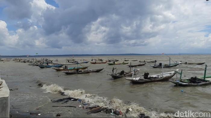 Deburan ombak besar terjadi di pesisir Kenjeran Surabaya hingga dini hari tadi. Banyak nelayan yang tak berani melaut karena takut ada ombak besar susulan.
