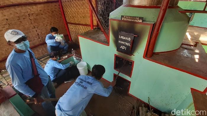 Para Napi program asimilasi diberdayakan di rumah penyulingan sereh wangi di Desa Kedungrandu, Patikraja, Banyumas. Mereka memproduksi minyak Atsiri.