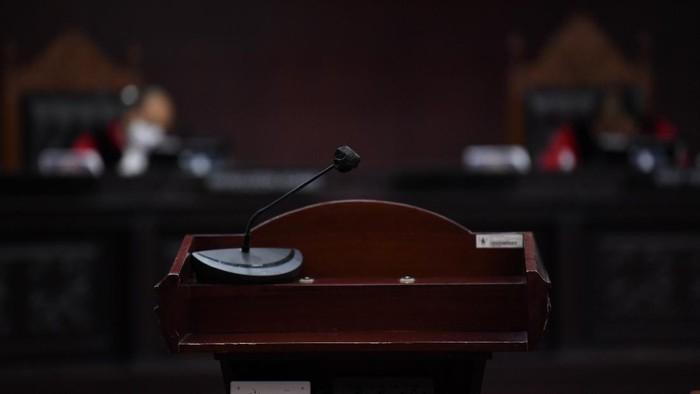 Hakim Mahkamah Konstitusi Arief Hidayat (tengah), Wahiduddin Adams (kiri) dan Manahan MP Sitompul (kanan) memimpin sidang pengujian formil UU Cipta Kerja di Gedung Mahkamah Konstitusi, Jakarta, Kamis (12/11/2020). MK menggelar sidang pengujian formil atas dugaan pelanggaran asas formil dalam pembentukan Undang-Undang Nomor 11 Tahun 2020 tentang Cipta Kerja yang diajukan oleh Gerakan Masyarakat Pejuang Hak Konstitusi (GMPHK). ANTARA FOTO/Puspa Perwitasari/nz
