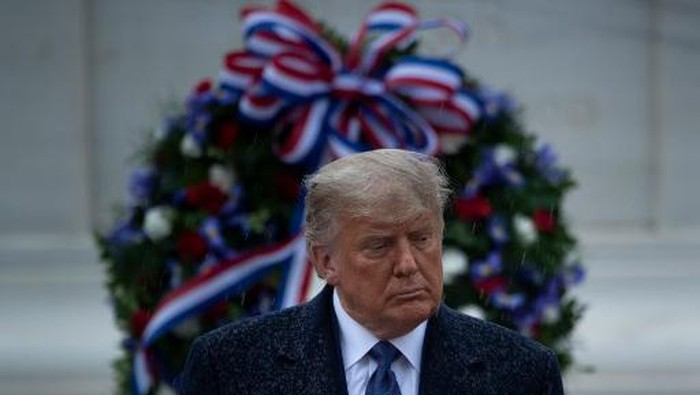 US President Donald Trump attends a National Day of Observance wreath laying ceremony on November 11, 2020 at Arlington National Cemetery in Arlington, Virginia. - US President Donald Trump made his first official post-election appearance Wednesday for what should be a moment of national unity to mark Veterans Day, now marred by his refusal to acknowledge Joe Bidens win. The president visited Arlington National Cemetery, four days after US media projected his Democratic rival would take the White House. (Photo by Brendan Smialowski / AFP)