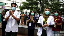 Sejumlah tenaga kesehatan dan non tenaga kesehatan di Rumah Sakit Darurat COVID-19 meluangkan waktu untuk peringati Hari Kesehatan Nasional. Berikut potretnya.
