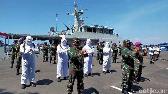 Tim medis dan TNI di Makassar tepuk tangan 56 detik