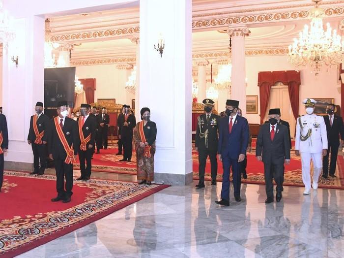 Upacara pemberian tanda jasa dan tanda kehormatan dari Presiden Jokowi.