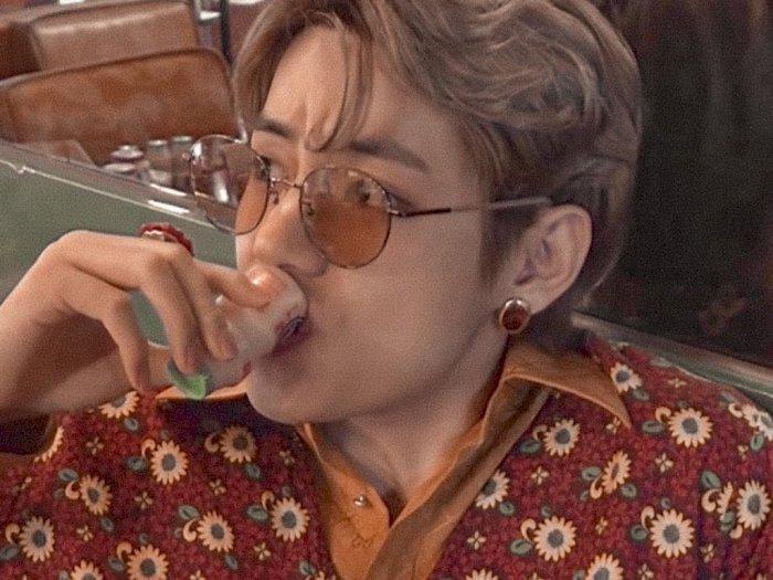 V BTS Minum Yakult