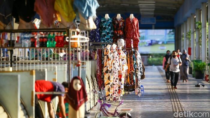 Merebaknya pandemi Corona membuat lapak dagang di Skybridge Tanah Abang sempat ditutup dan jam buka pasar dipangkas. Kini, kawasan tersebut buka hingga jam 5 sore.