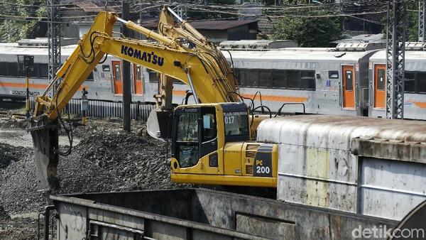 Mengenai pembangunan yang sedang dilaksanakan, Sekretaris PT KAI Dadan Rudiansyah menjelaskan pihaknya sedang membuat jalur rel dwi ganda (double-double track) jalur kereta api untuk jalur Manggarai-Pasar Senen. (Rengga Sancaya)