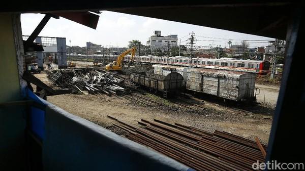 Tanah di sekitar depo juga telah dipadatkan dan diratakan. (Rengga Sancaya)