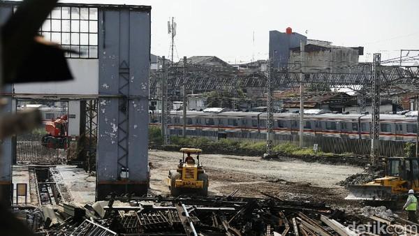 Depo lokomotif Jatinegara dibongkar karena sedang dilakukan proyek pengembangan Stasiun Jatinegara. (Rengga Sancaya)