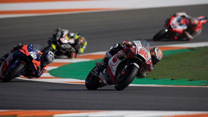 VALENCIA, SPAIN - NOVEMBER 08: Takaaki Nakagami of Japan and LCR Honda Idemitsu leads the field during the MotoGP race during the MotoGP of Europe at Comunitat Valenciana Ricardo Tormo Circuit on November 08, 2020 in Valencia, Spain. (Photo by Mirco Lazzari gp/Getty Images)
