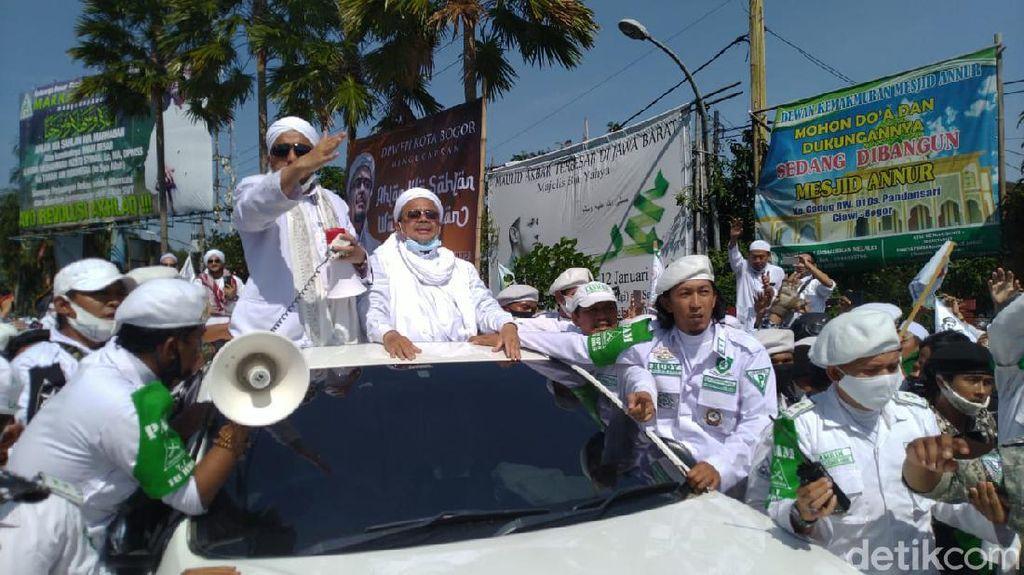 Santri Sambut HRS Padati Simpang Gadog, Polisi Tutup Jalan Arah Puncak