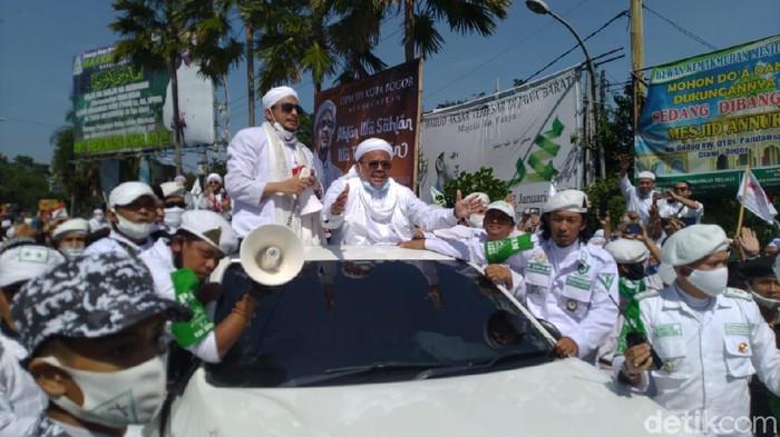 Habib Rizieq disambut massa di Simpang Gadog jelang ceramah di Megamendung, Bogor.