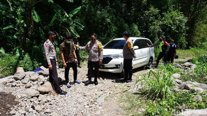 Seorang pria asal Surabaya tersesat di tengah persawahan di Mojokerto usai melihat penampakan perempuan.