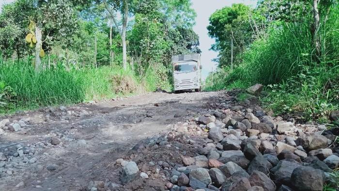 Jalur Evakuasi Merapi yang rusak parah, di kawasan Desa Tlogowatu, Kemalang