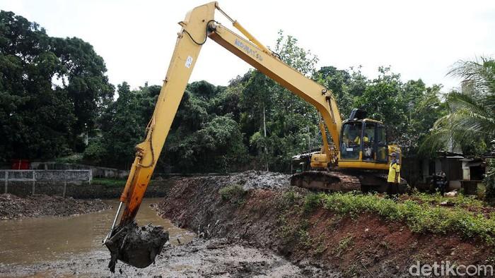 Petugas menggunakan alat berat mengeruk lumpur untuk memperlebar aliran Kali Krukut di kawasan Kemang, Jakarta, Jumat (13/11/2020). Pelebaran serta pengerukan tersebut bertujuan untuk memperlancar aliran air yang kerap menimbulkan banjir setiap hujan deras.